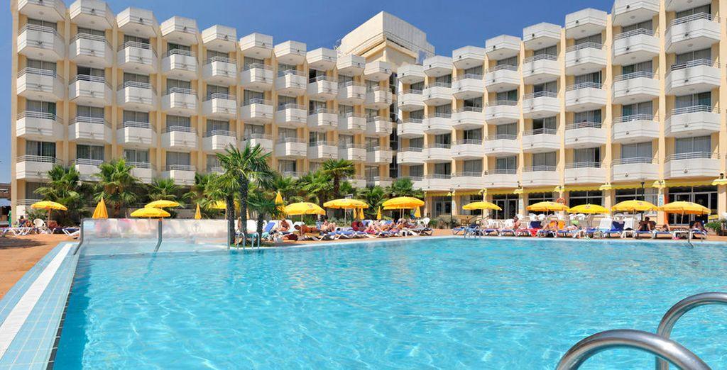 GHT Oasis Tossa & Spa 4*, un hotel donde dispondrás de numerosas ventajas, como descuentos en masajes, bebidas, o 1 cóctel tropical
