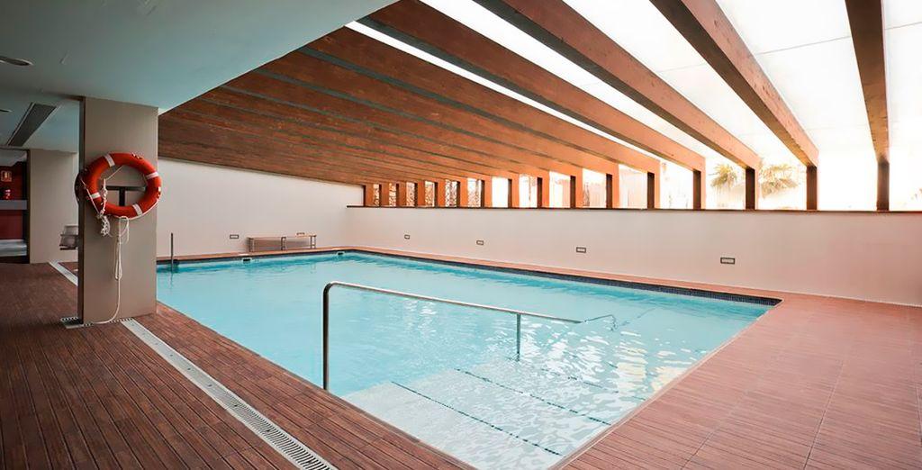 Date un chapuzón en la piscina interior