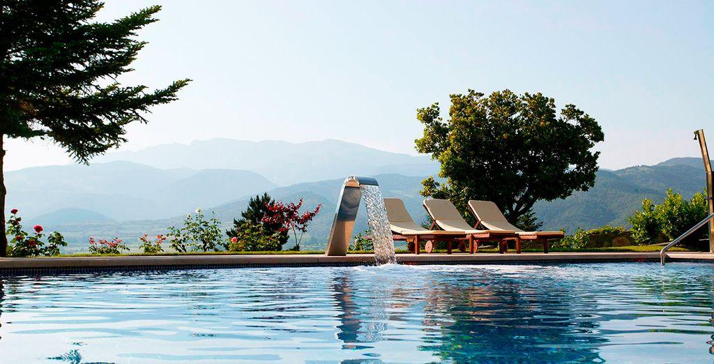 Refréscate en la piscina exterior de El Castell De Ciutat Relais & Chateaux 4*, contemplando una preciosa panorámica