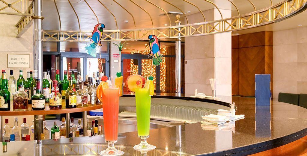 Toma un exótico cóctel en el bar