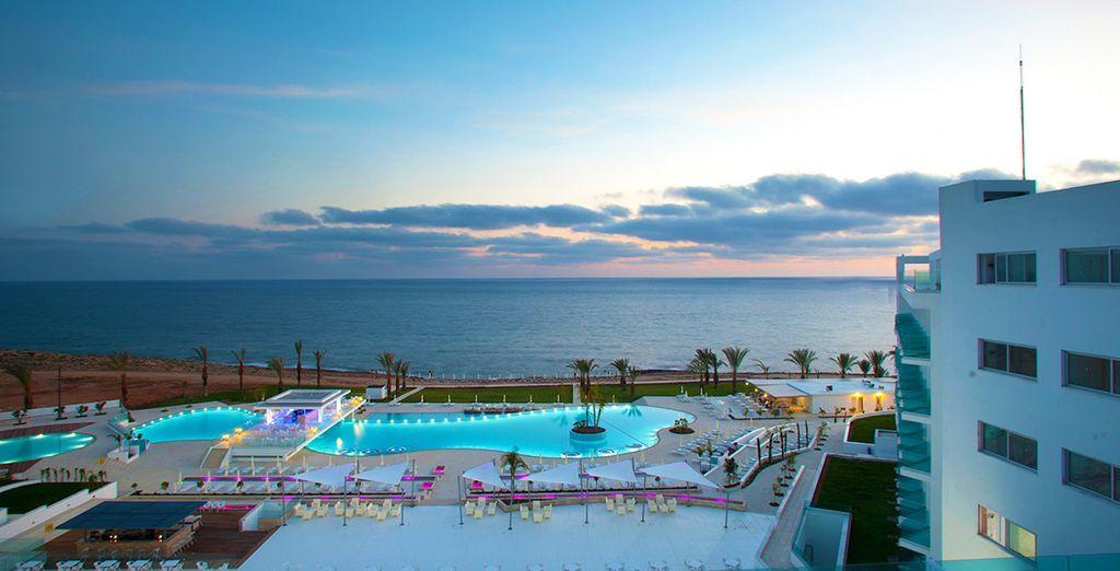 ... disfruta de sus piscinas con las mejores vistas