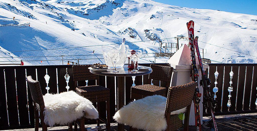 Espléndidas vistas a las montañas nevadas desde su terraza exterior