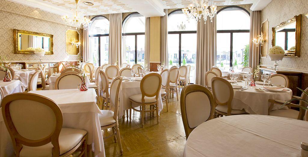 El restaurante sirve especialidades venecianas y platos internacionales