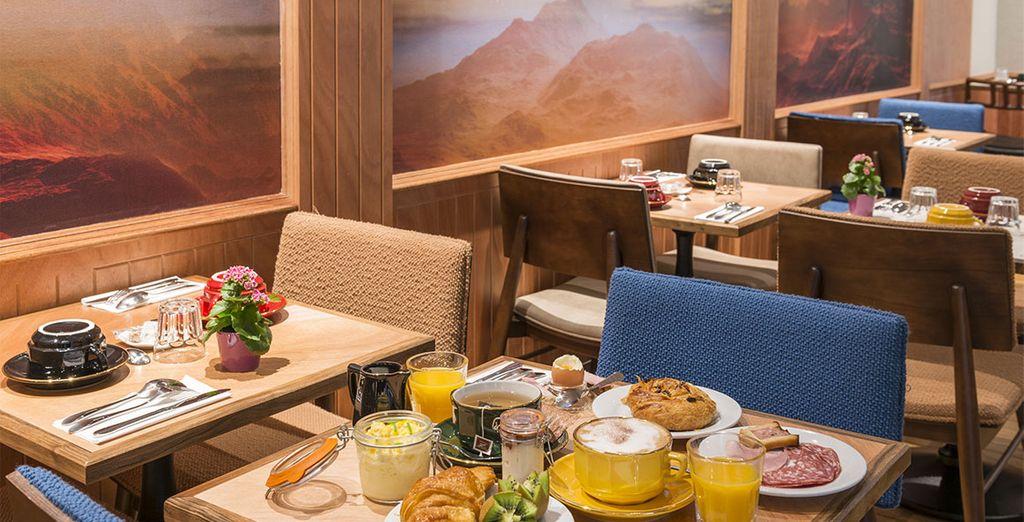 Disfruta del desayuno buffet, con una gran variedad de productos