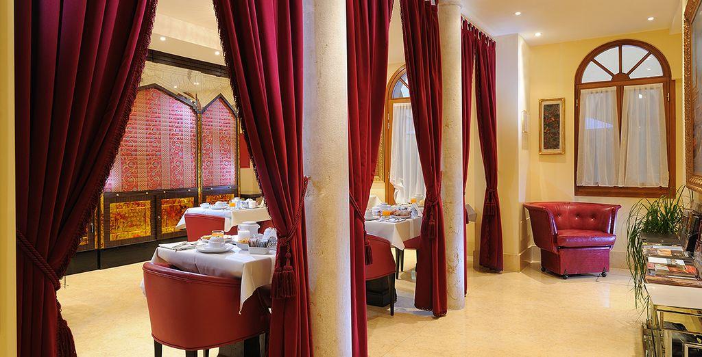 Desayuna en el restaurante para un día de aventuras en Venecia