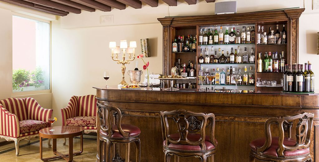 Disfruta de una copa en el bar también con descuento
