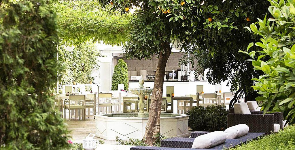 Un maravilloso jardín en un escenario clásico y tradicional