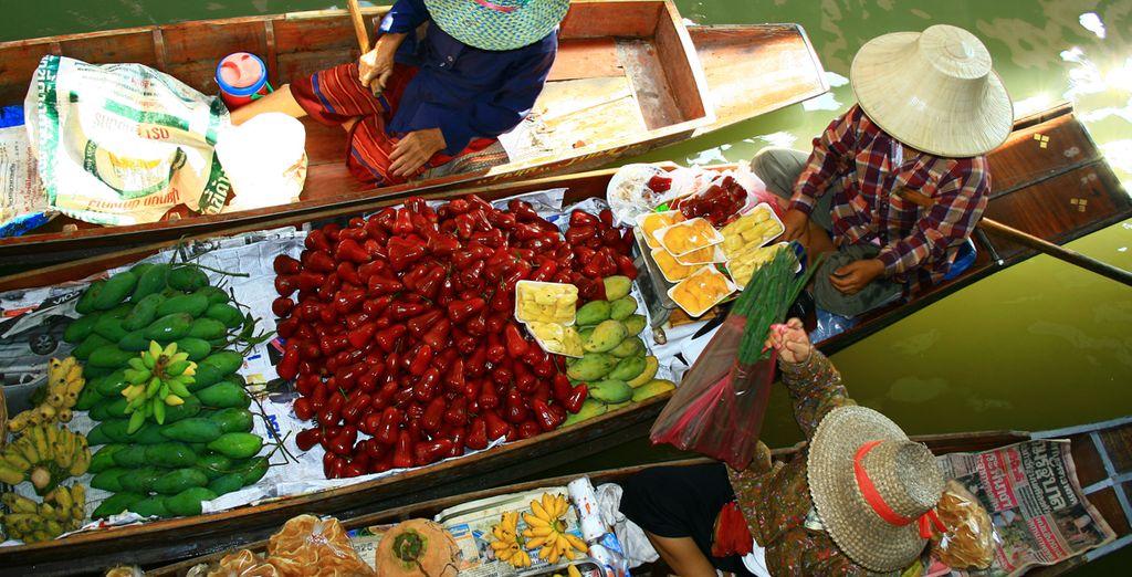 Visita el mercado flotante repleto de especias y sabores