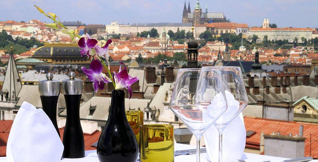La terraza de la azotea con vistas al castillo de Praga