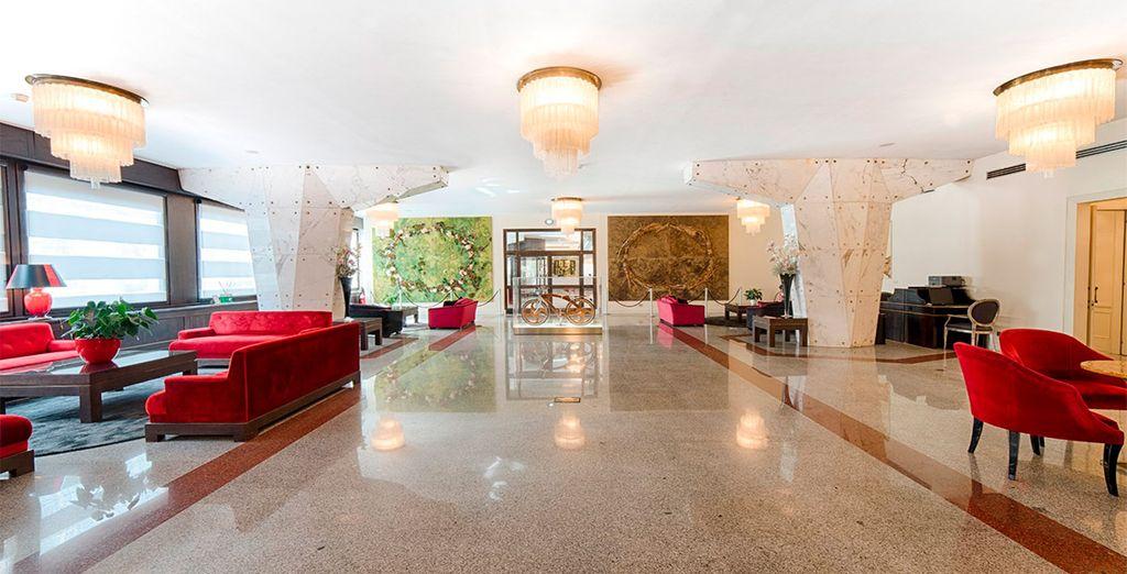 Un hotel contemporáneo con espacios amplios y luminosos