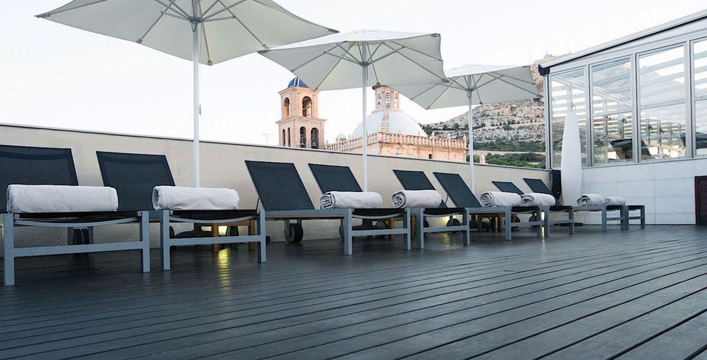 Goza de unas vistas privilegiadas a la catedral de Alicante y al castillo de Santa Bárbara