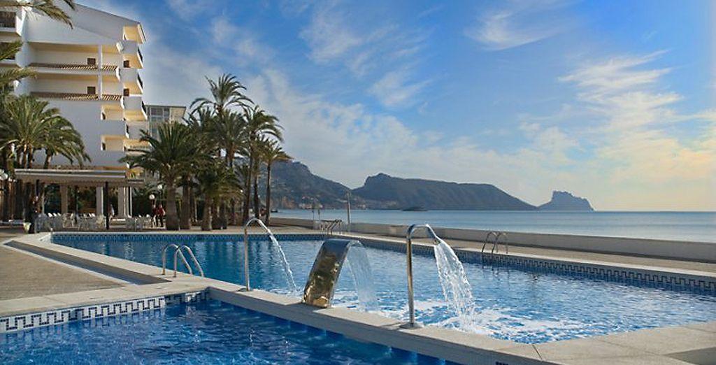 Refréscate en la piscina con cascada de agua, cuello de cisne y cañón