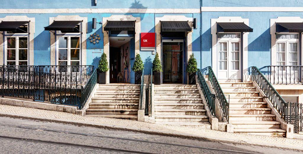 Un antiguo edificio renovado con elegancia y estilo contemporáneo