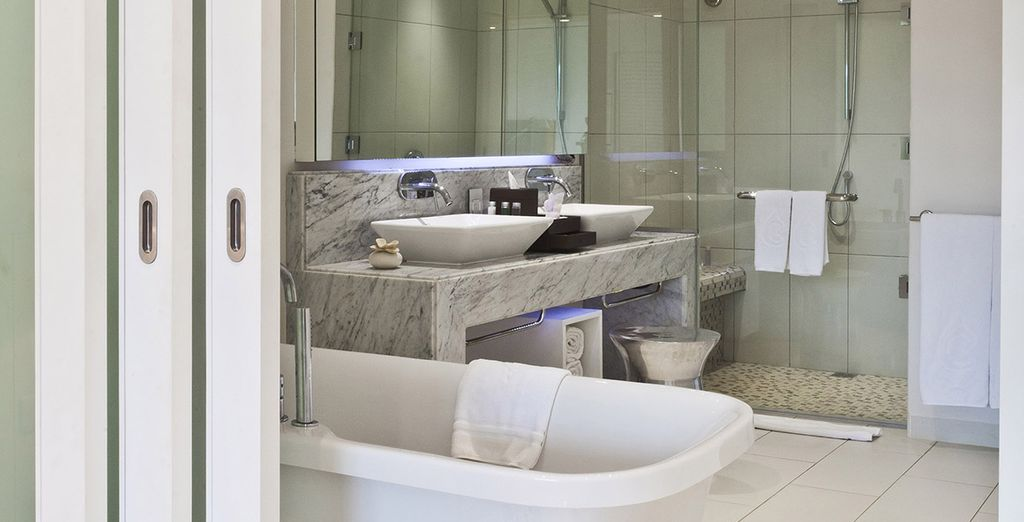 Un baño con todas las comodidades