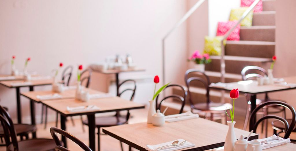 Disfruta de tu desayuno buffet cada mañana en la elegante sala de desayunos