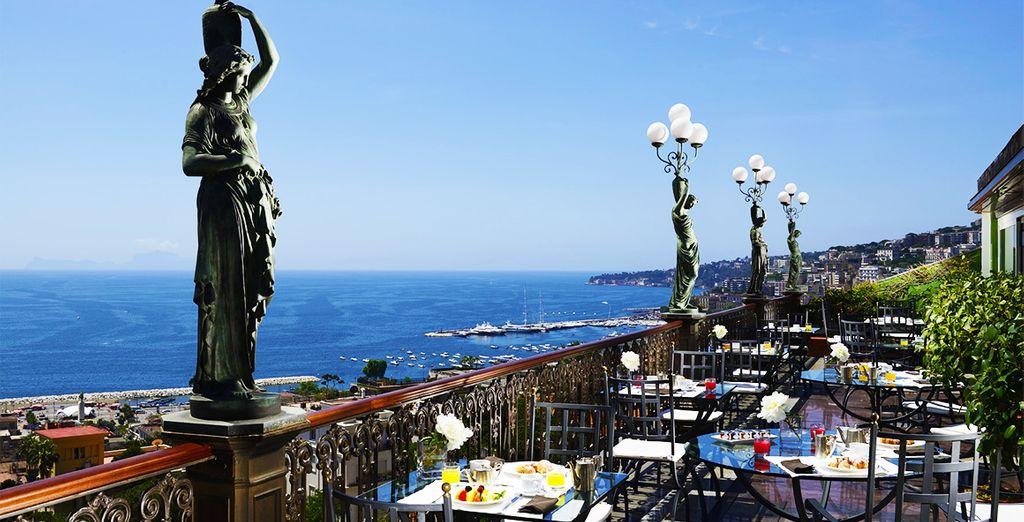 Desayuna con vistas al golfo de Nápoles y al Vesubio