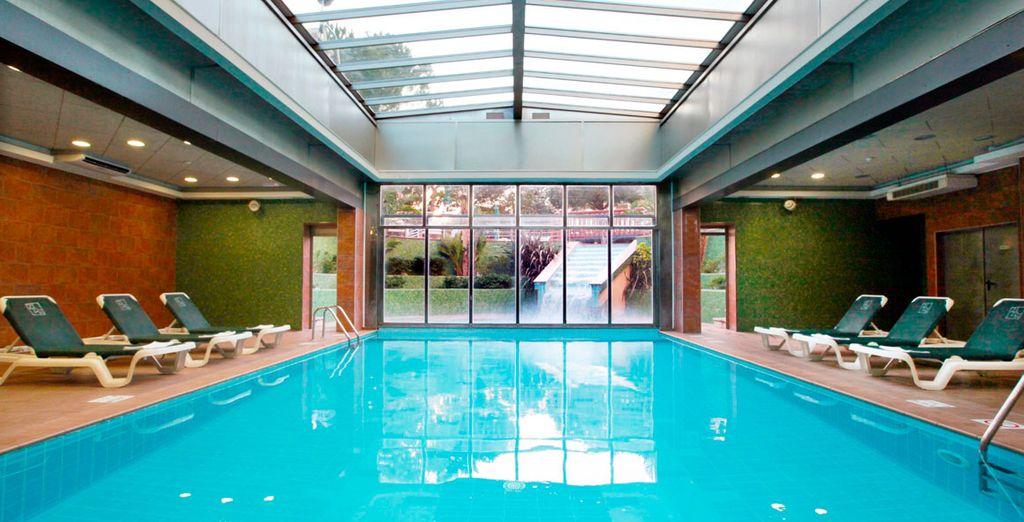 Disfruta de la piscina climatizada con jacuzzi