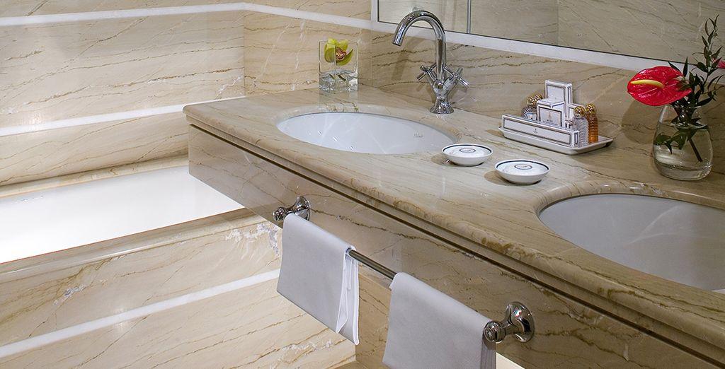 Con un baño amplio y moderno