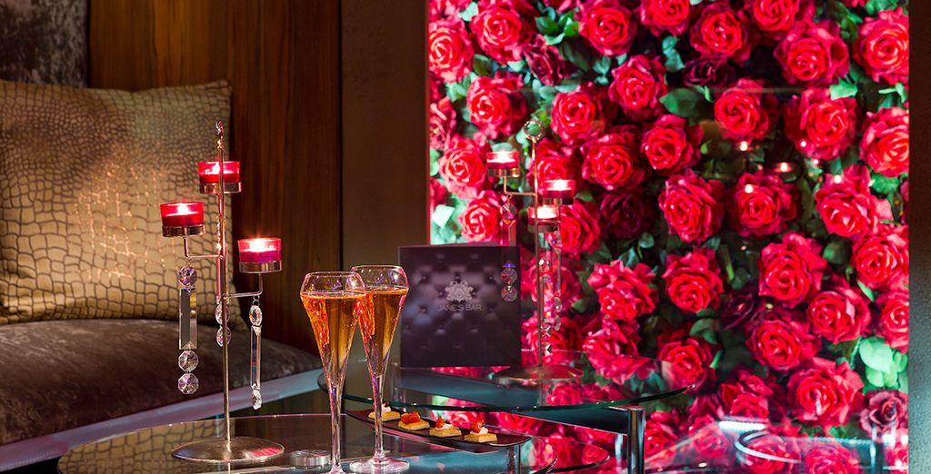 Un ambiente íntimo en el que destacan los ramos de rosas rojas