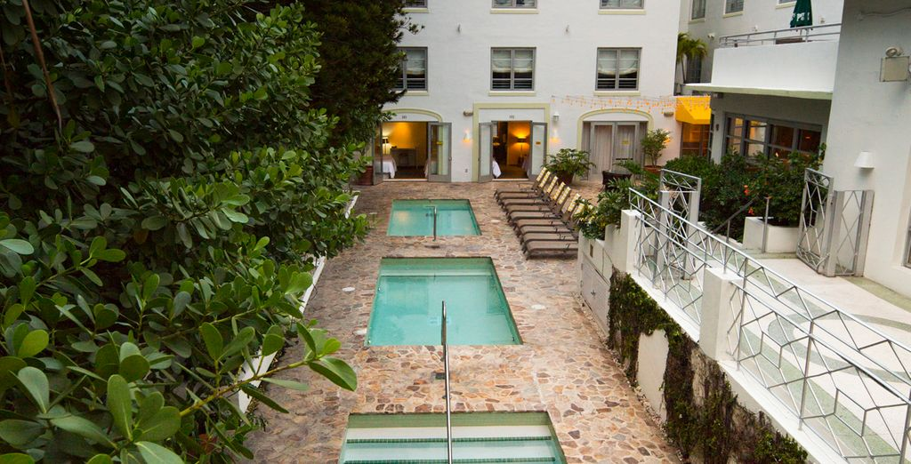 Cuenta con un patio interior con varias piscinas