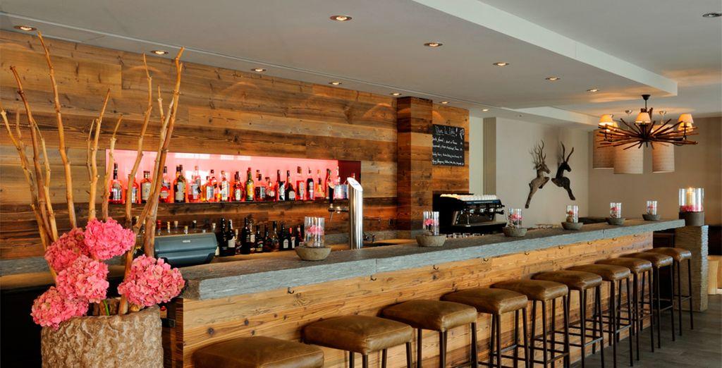 Tome una copa o un café en el bar