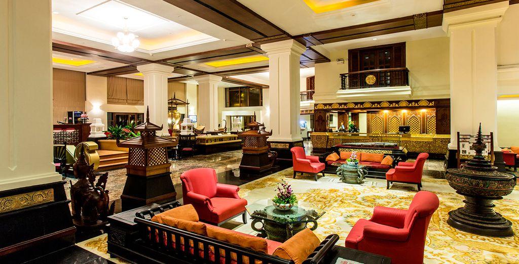 Disfruta de momentos de relax en el lobby de Kandawgyi Palace 4*