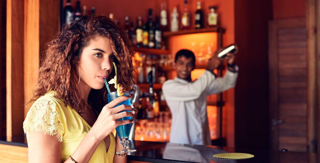 Toma tu cóctel favorito en el bar