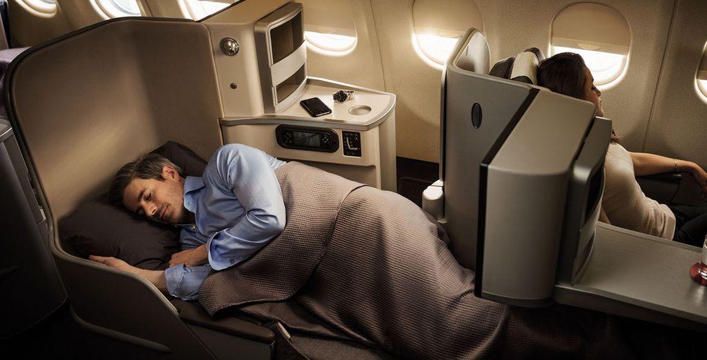 Asiento totalmente ajustable, reclinable hasta los 180º que se convierte en una cama completamente plana de 2 metros
