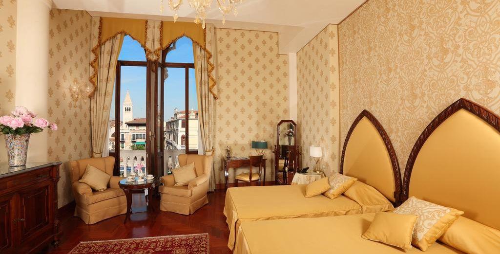 Puedes descansar en una Junior Suite con vistas al Gran Canal
