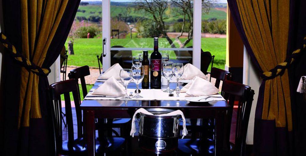 Deguste de un buen vino junto a una comida típica del lugar