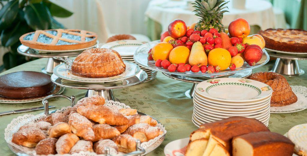 Dispone de capuchinos, zumos, pan con mermeladas, yogur, fruta fresca, cereales,...