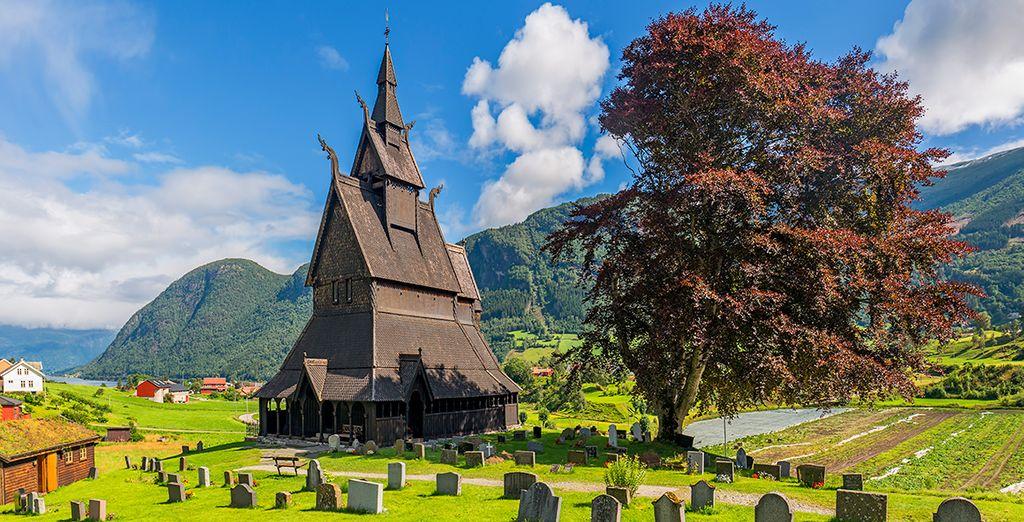 Sigue hacia Lom y contempla Stavkirke, una de las iglesias de madera más grandes y bellas de la época vikinga