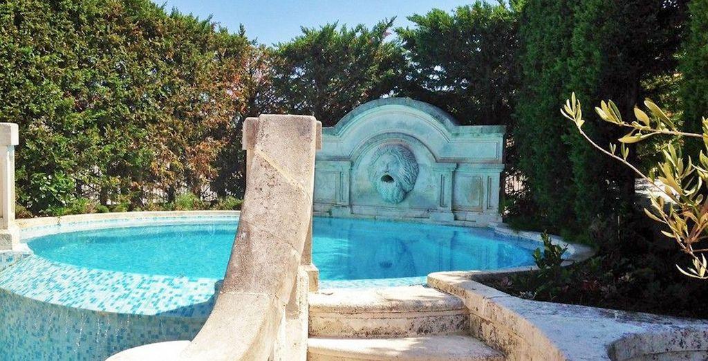 Una piscina-bañera llena de encanto y clase