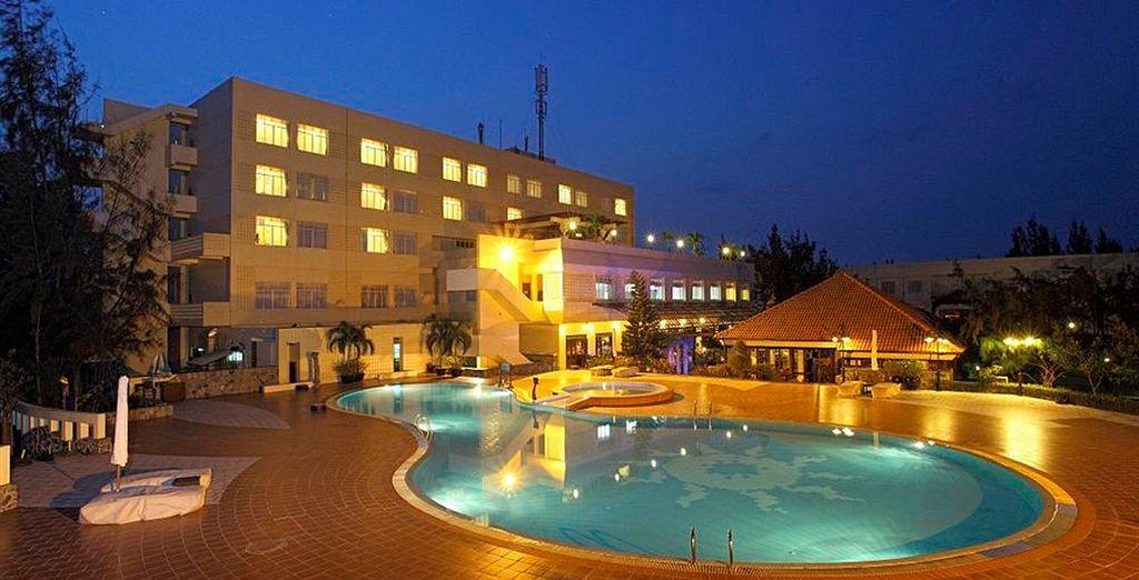 Disfrute de la piscina del hotel