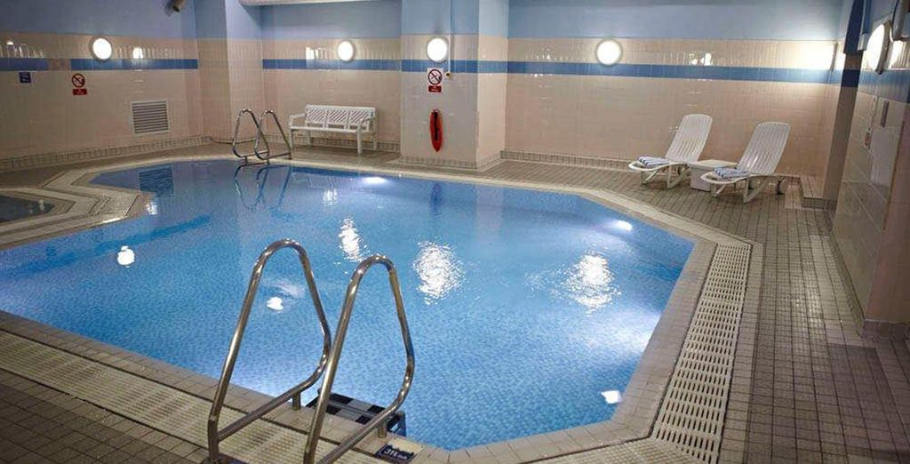 Relájese en la piscina interior