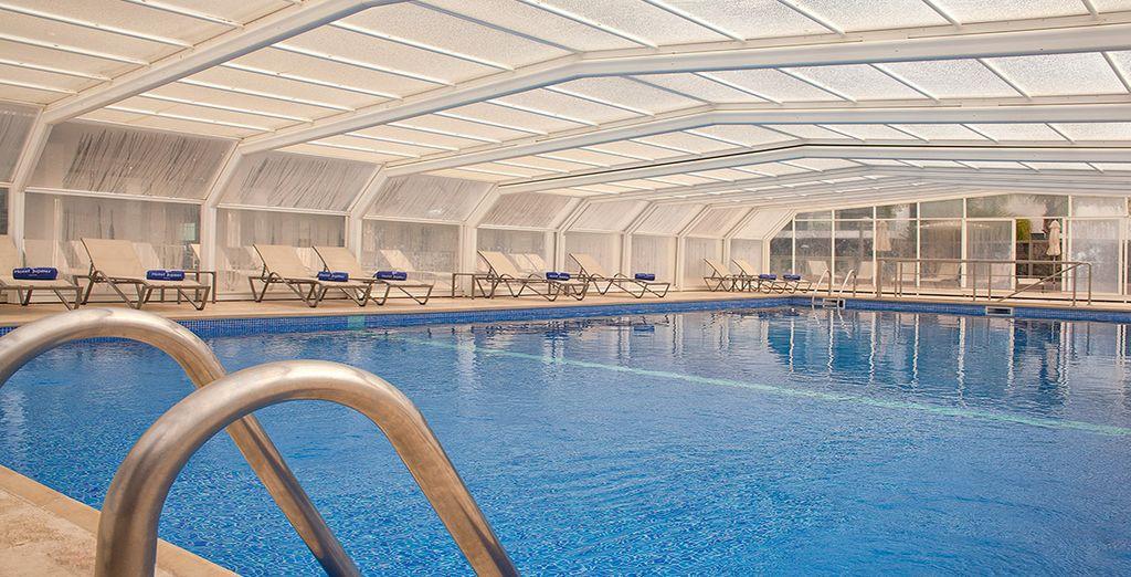 De noviembre a abril la piscina es cubierta, para que puedas seguir disfrutando de ella