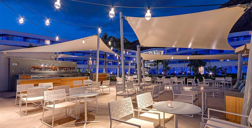 Degusta un cóctel en la terraza del Pool Lounge