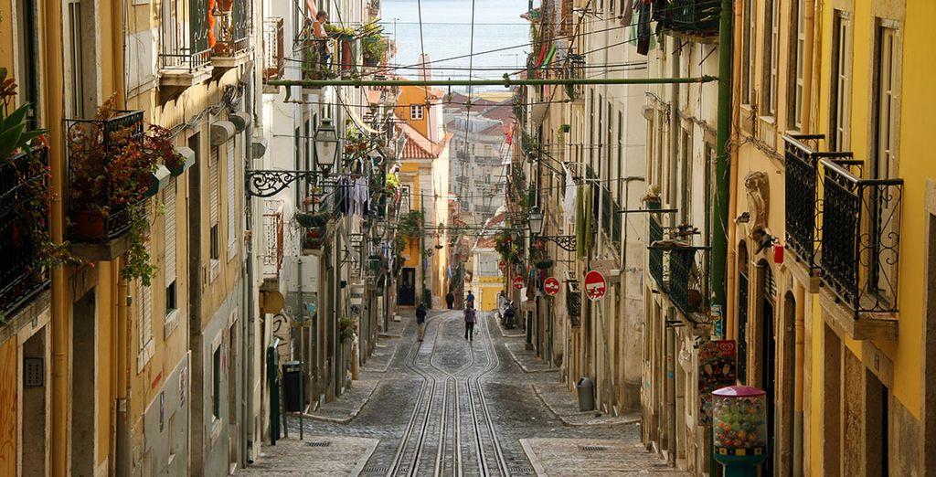 Pasee por las estrechas y antiguas calles de Lisboa