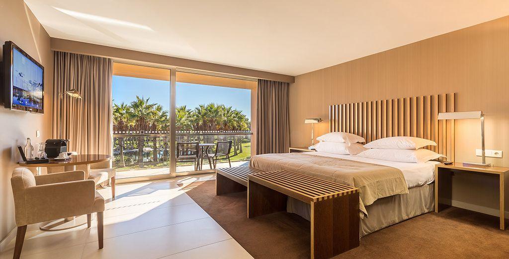 O en una fabulosa habitación con vistas a la piscina