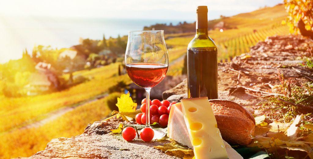 Cálida bienvenida a su llegada con una copa de vino y una pequeña degustación de quesos