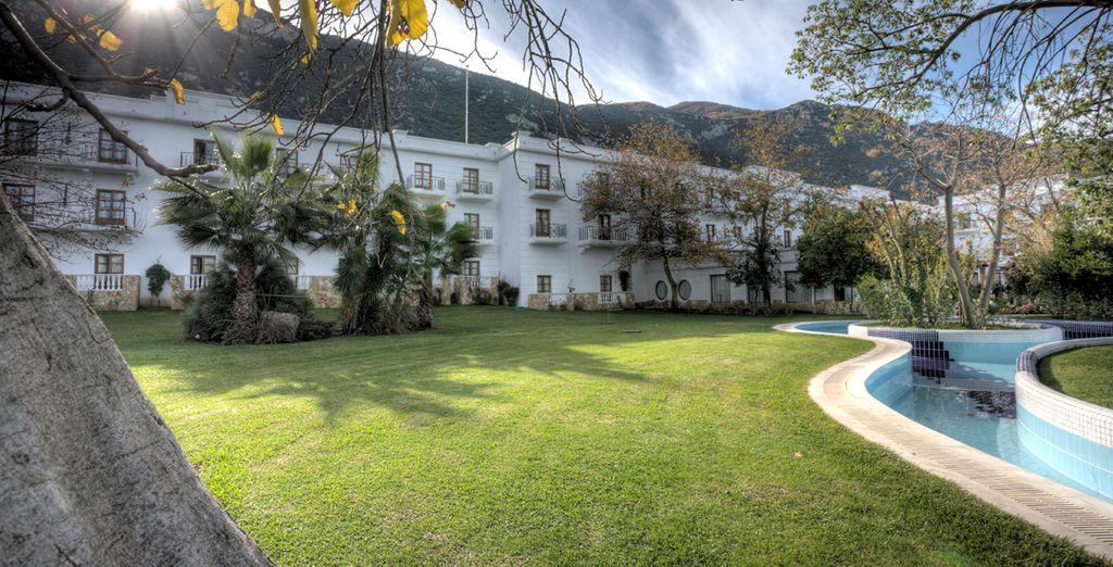 El resort rodeado de bellos jardines