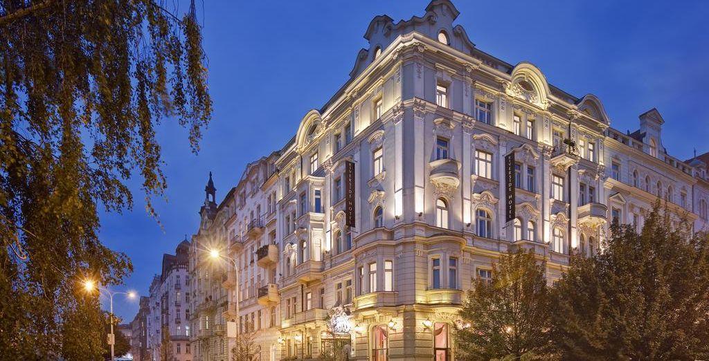 La impresionante fachada del Hotel Mamaison Riverside con estilo Art Nouveau te dará la bienvenida