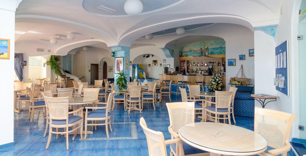 Podrás disfrutar de platos tradicionales en esta preciosa sala