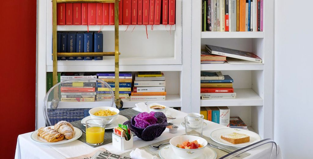 La gran sala de desayunos tiene vistas al río Tíber y cuenta con una biblioteca