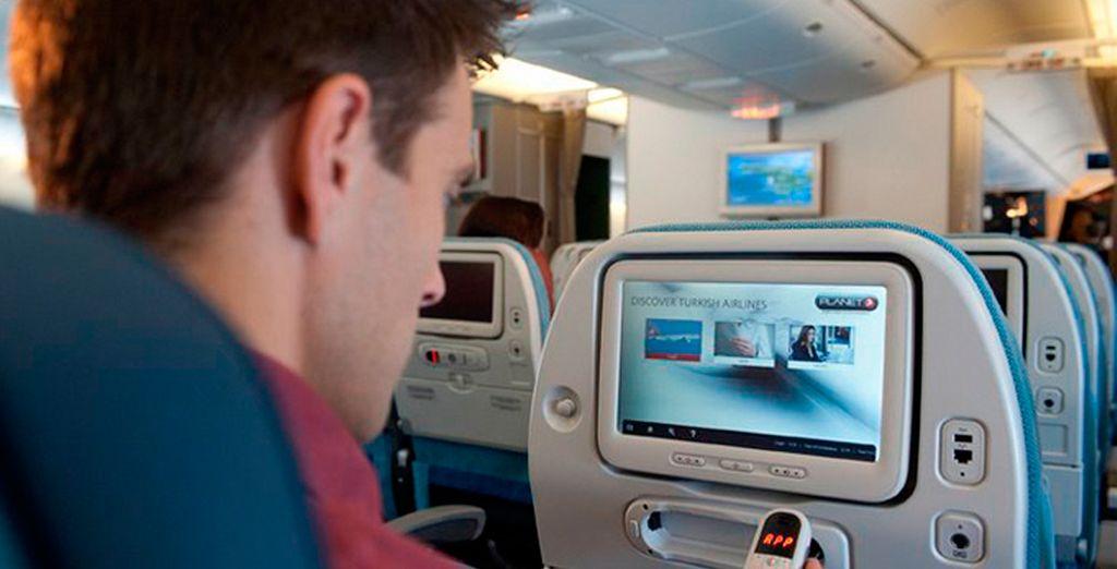 El moderno sistema de entretenimiento a bordo ofrece extensas horas de entretenimiento con cerca de 350 películas y programas