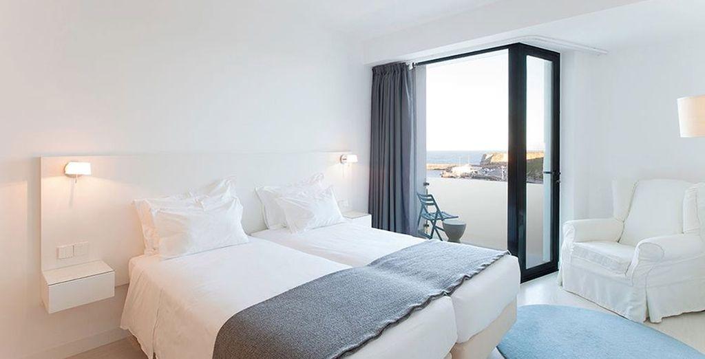 Alójese en una habitación con vistas parciales al mar