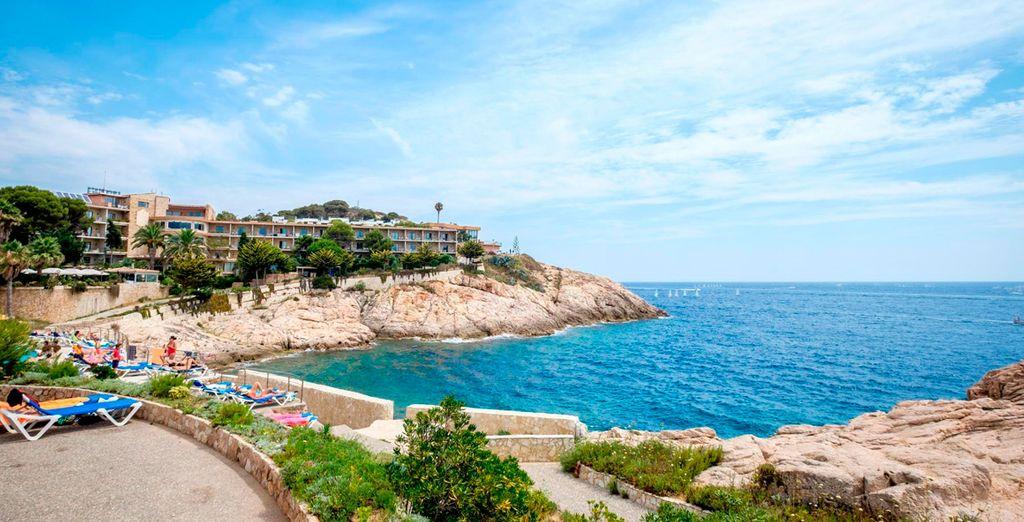 Está situado a las afueras de Sant Feliu de Guíxols