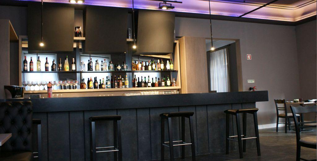 Tome una copa con los amigos en el bar