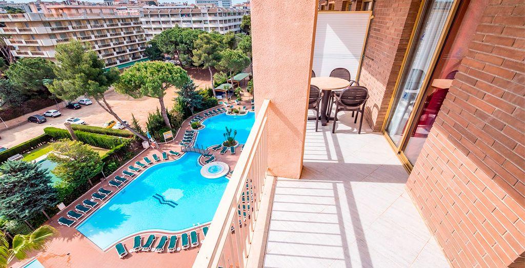 Con terraza privada y vistas a la piscina