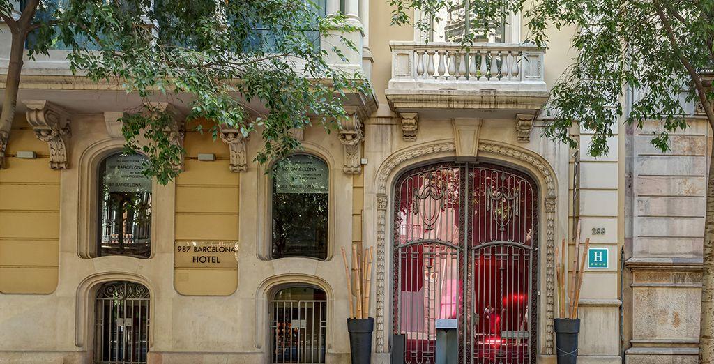La fachada, catalogada patrimonio de la ciudad, contrasta con su moderno interior
